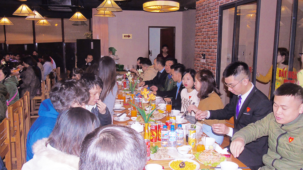 """Nhân sự công ty http://viettamduc.com cùng nâng li Dùng tiệc và chúc mừng năm mới -Khai mạc chương trình - ảnh Dương Văn Bốn """"Thầy Dương vui tính"""""""
