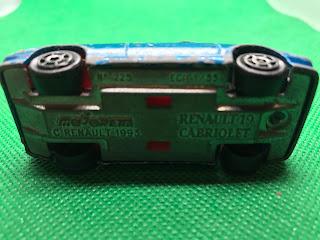 ルノー 19 カブリオレ のおんぼろミニカーを底面から撮影