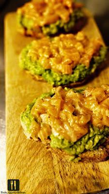 Bruschete cu piure de avocado  și carpaccio de somon