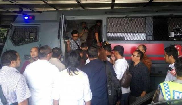 Jaksa Penuntut Ahok Sampai Dievakuasi Pakai Rantis Polisi, Netizen: Hanya Orang Bersalah Yang Takut