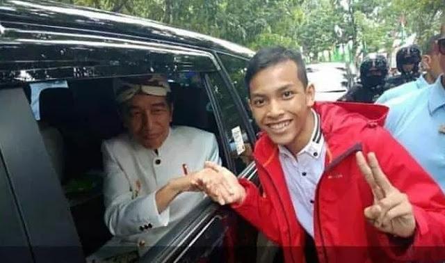 Beraninya Dika, Foto Bareng Jokowi Tapi Acungkan Dua Jari