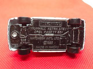 ボクスホール アストラGTE のおんぼろミニカーを底面から撮影