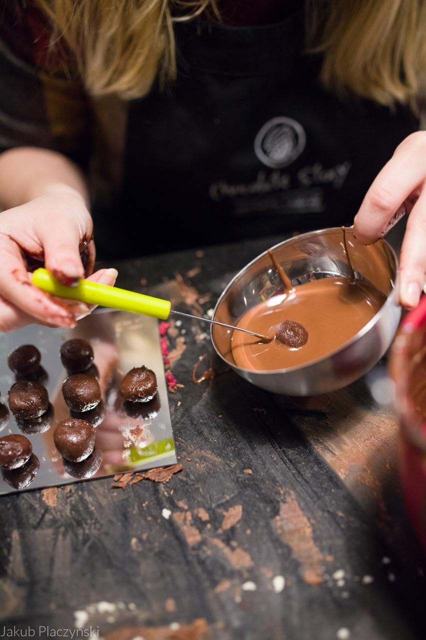 17 warsztaty robienia czekoladowych słodkości manufaktura czekolady warsztaty tabliczek pralin jak zrobić narzędzia z czekolady