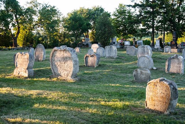 Szív alakú sírkövek napnyugtakor Balatonudvariban