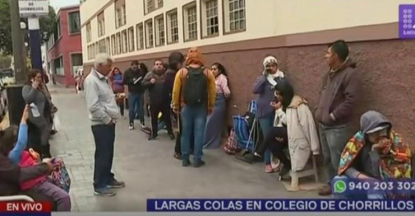 Padres de familia llevan días haciendo cola por matrícula en Colegio «María Inmaculada» en Chorrillos - UGEL 07