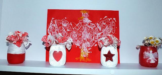 Biało -czerwone goździki wazoniki i Orzeł biały.