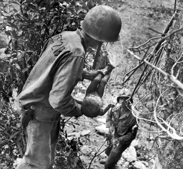 Ένας στρατιώτης των ΗΠΑ σώζει ένα βρέφος