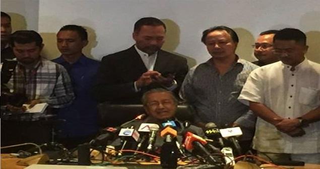 Bekas Perdana Menteri Tun Dr Mahathir Mohamad dalam satu sidang media di Putrajaya, mengisytiharkan dirinya bukan lagi ahli Umno berkuatkuasa serta merta