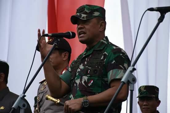 """Panglima TNI, Jendral Gatot Nurmantyo mengaku, dia sangat terkejut saat tiba di Sulsel, terkhusus di Kota Makassar.  Hal tersebut diungkapkan Jendral TNI Gatot Nurmantyo saat membuka acara Commanders Call TNI-Polri di Lapangan Karebosi, Makassar, Rabu (25/10/2017).  """"Jujur saja yang pertama saya merasa terkejut, mengapa Sulsel yang bisanya tiap hari saya lihat ada demo, sekarang lebih tenang,"""" ungkap Jendral Gatot."""