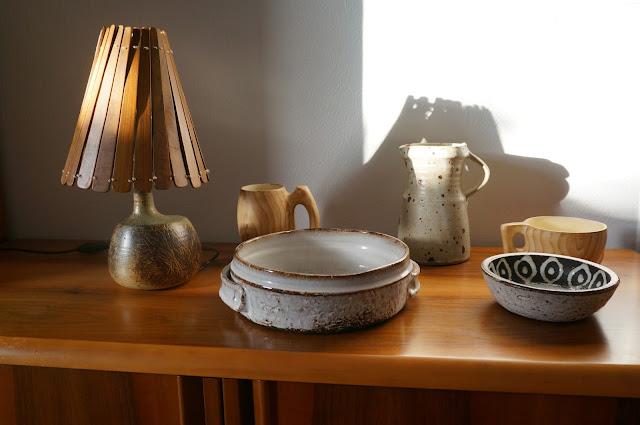lampe coup de coeur de ??? , encore du Grandjean Jourdan , plat de Gerard Hofmann ,   cruche de Gustave Tiffoche et une coupe en terre chamottee de ???  ceramique ceramic