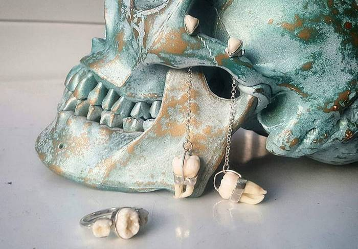 Jewelry made of human teeth and animal bones | An unbroken relationship with the deceased