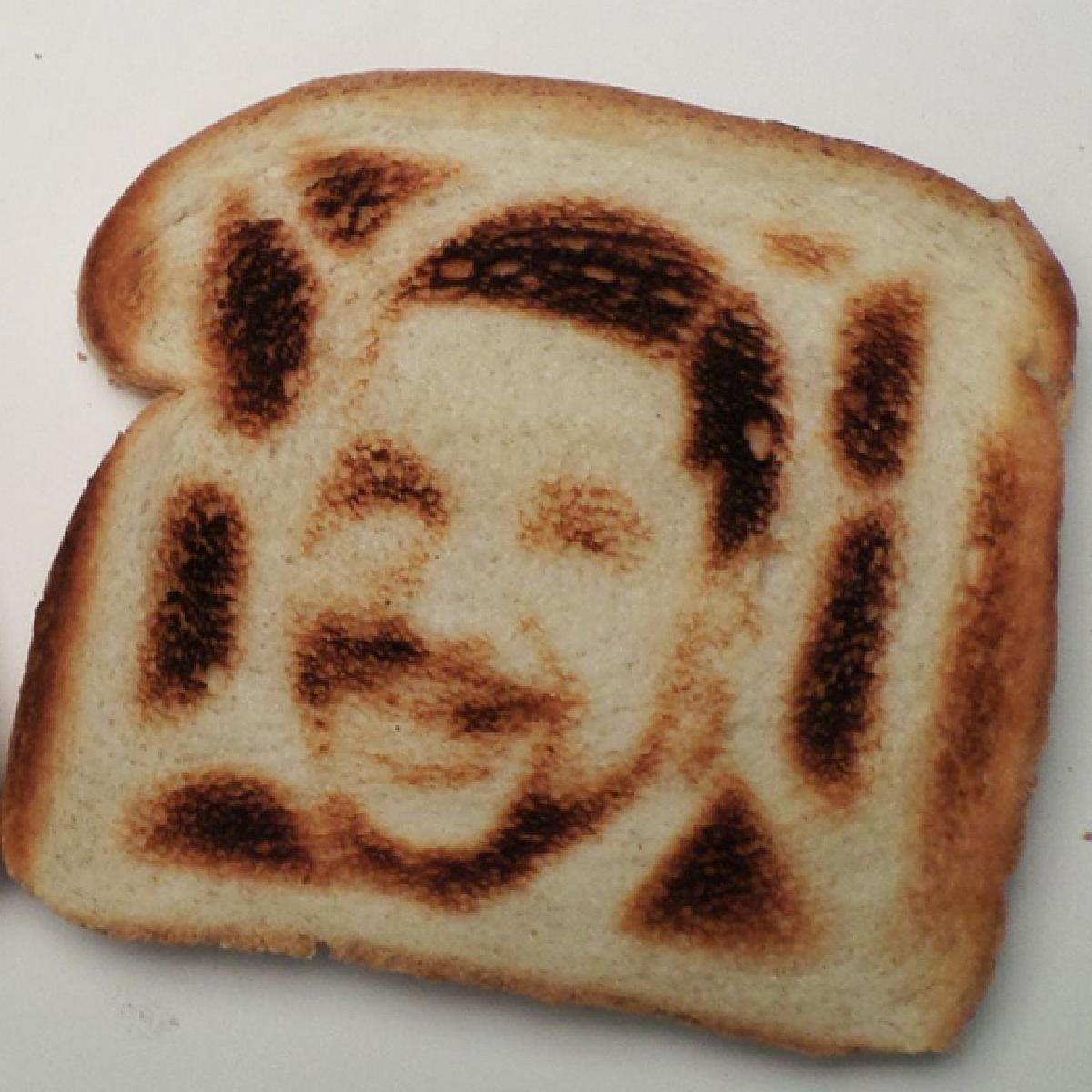 Une tranche de pain grillé avec un portrait dessus.