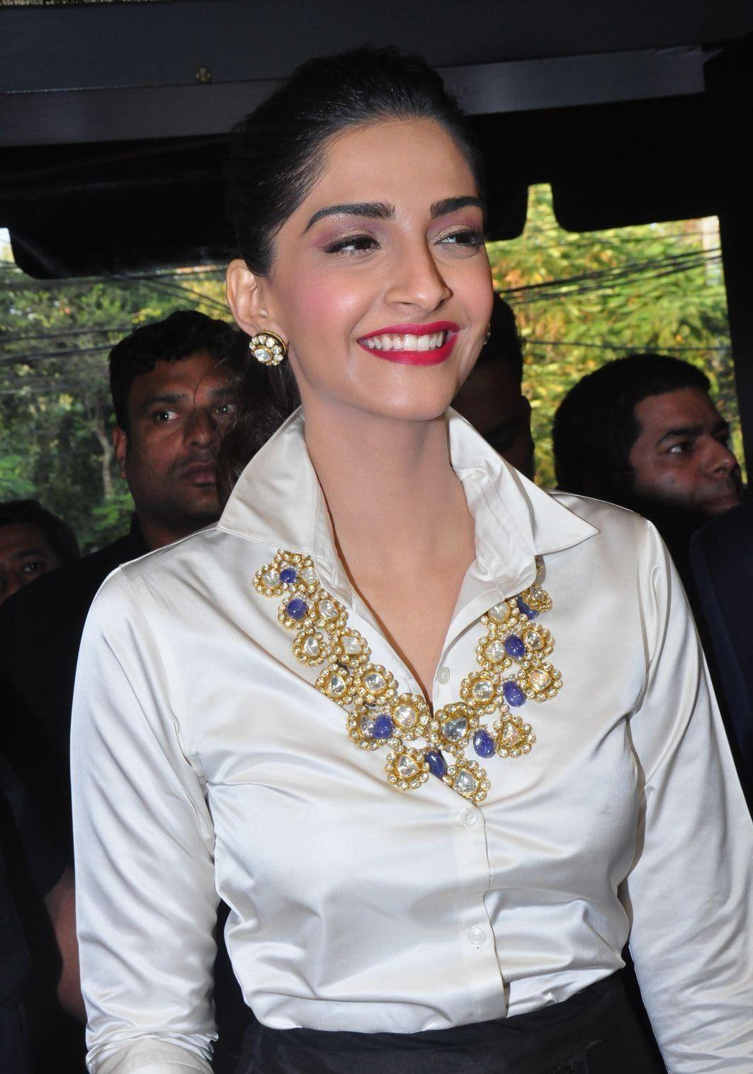 Sonam Kapoor Looks Super Sexy At Raghavendra Rathore Store -9506