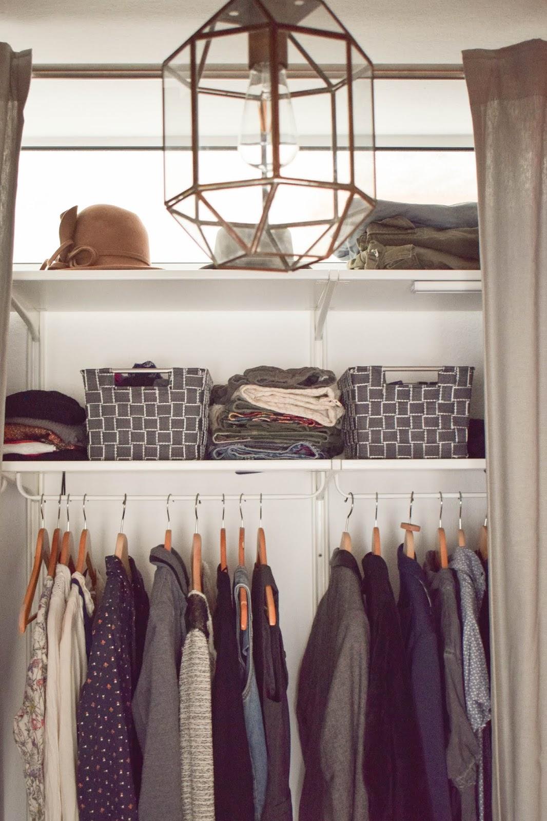 Mein offener Kleiderschrank. Perfekt verstaut und praktisch aufbewahrt. Tipps und Ratgeber für die Organisation. Aufbewahrugskörbe von WENKO