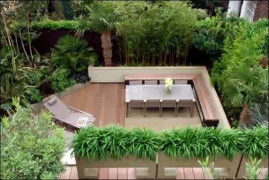 Furnitur sederhana pada taman belakang rumah