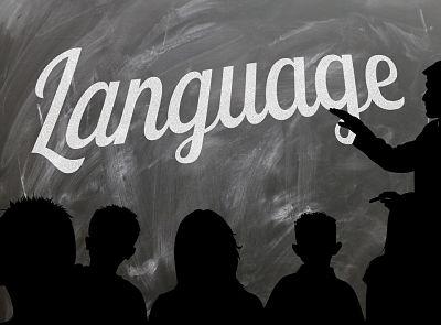 Aprender idiomas. Pizarra con la palabra language y profesor señalando. Se observan las siluetas de los niños estudiantes