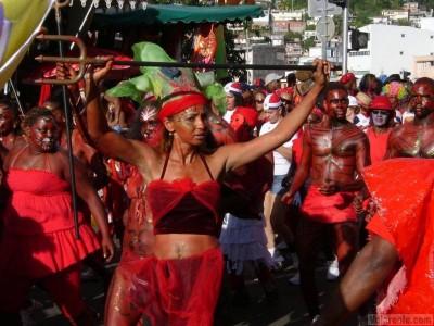 Défilé de groupe de Carnaval avec des personnages déguisé en Diable- Martinique