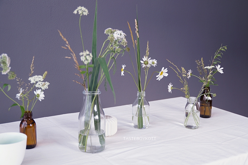 Sommerliche Tischdeko Mit Wiesenblumen In Glasflaschen Tasteboykott