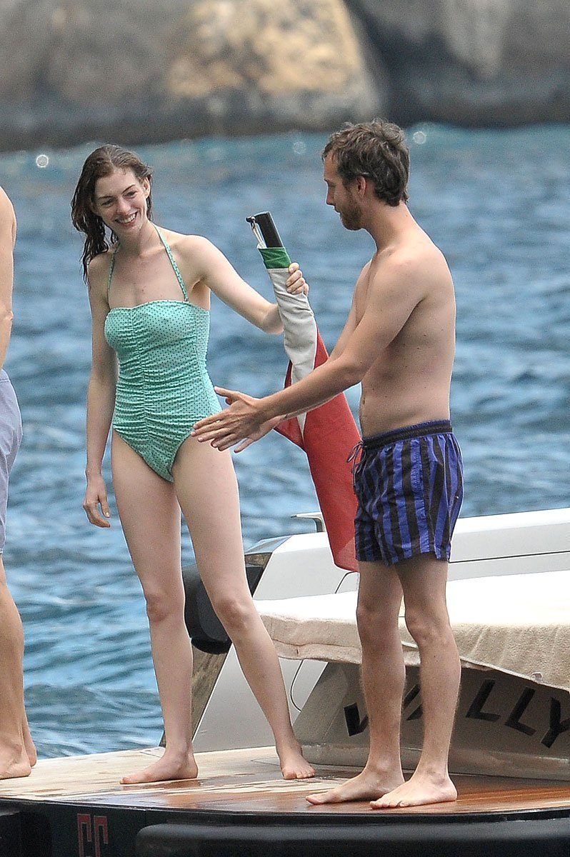 Anne Hathaway Sexy in Bikini Photos   Beachside Images