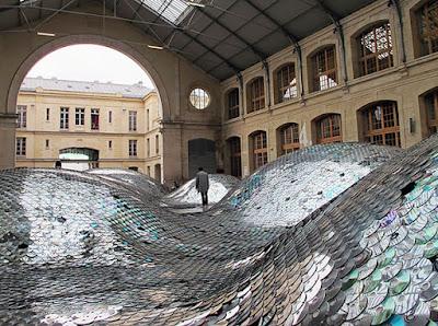 Escenario hecho con miles de Cds reciclados