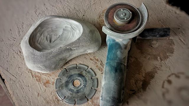 Mulde in den Stein formen mit Bosch Winkelschleifer