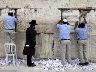 Obreros limpiando el muro de los lamentos o muro de las lamentaciones en Jerusalen