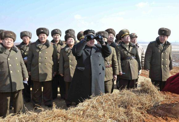 Kim Jong Un memantau latihan terjun payung