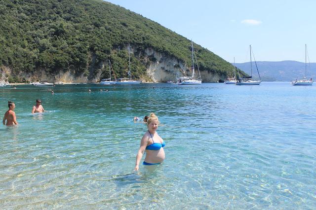 Uiminen raskaana rannalla