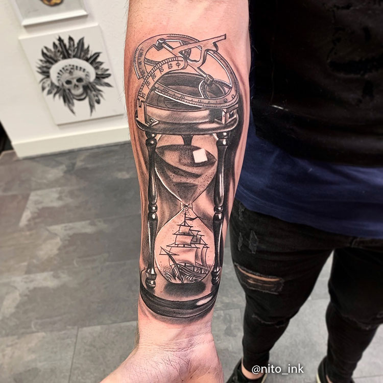 Tatuaje de Reloj de Arena con Barco dentro