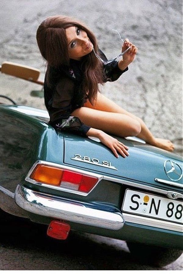 Gambar Wallpaper Mobil Mercedes-Benz Dengan Model Wanita Cantik Untuk Android Dan Iphone