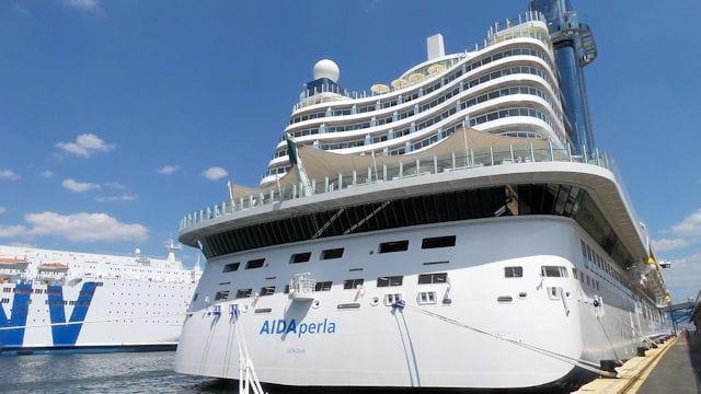 AIDAperla Mittelmeer Kreuzfahrt, Hafen Neapel (C) JUREBU