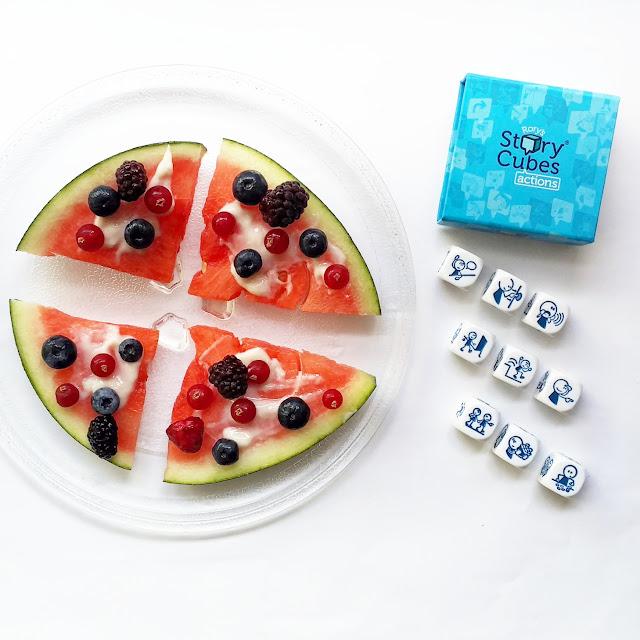 triangulos de sandia con fruta y yogur por encima