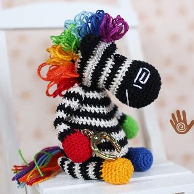 Вязаная игрушка зебра