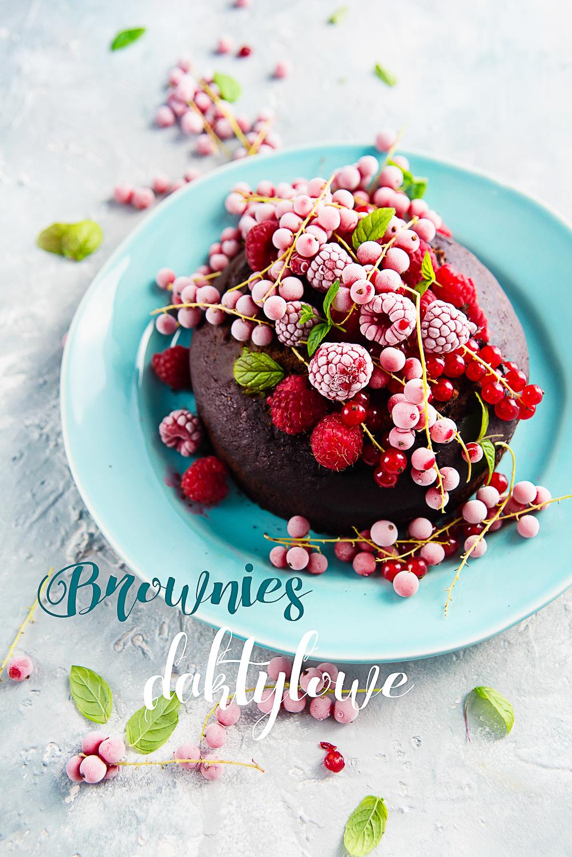 Brownie daktylowe z owocami lata