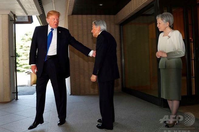 トランプ大統領、お辞儀なし 今...