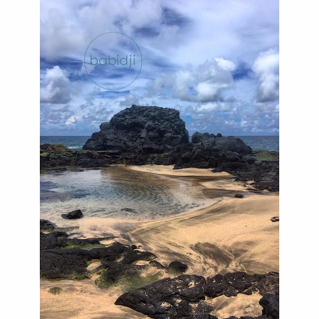 piscine naturelle créé par l'océan sur la plage au sud de l'Île Maurice