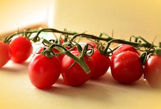cara menghilangkan komedo di hidung dengan tomat