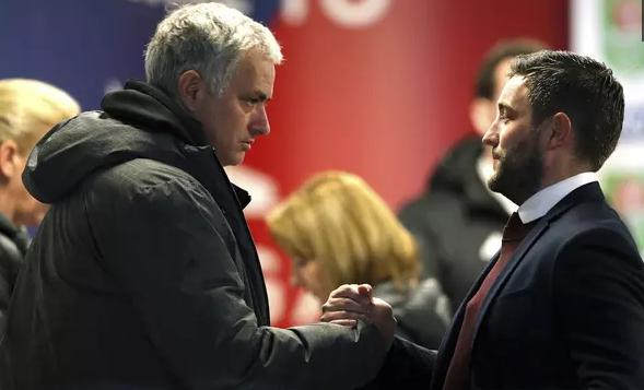 AGENBOLA - MU Bisa Depak Mourinho dengan Alasan Alasan Ini