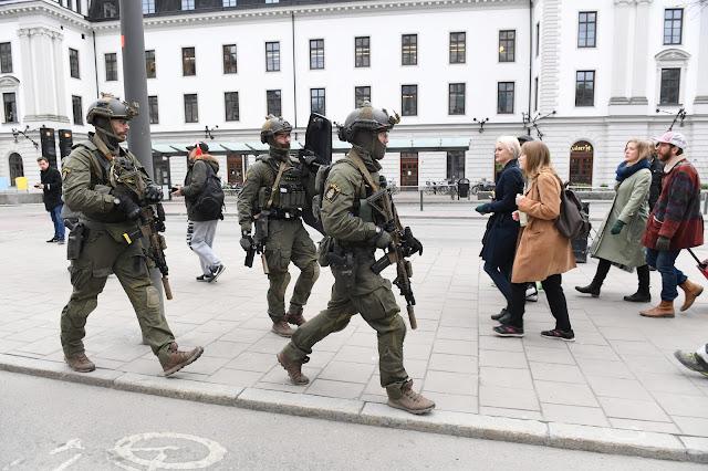 Caminhão atropela pessoas em Estocolmo; polícia fala em 3 mortos e vários feridos