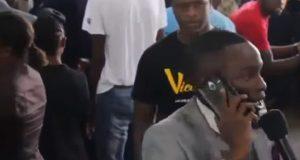 ¡Lo último! Un predicador africano llama por teléfono a Dios. Video