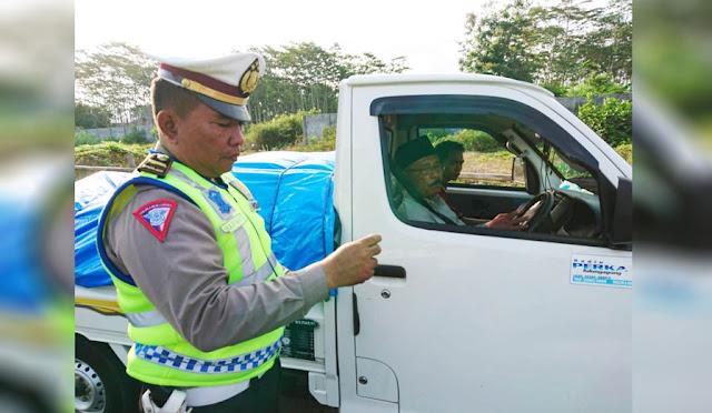 Petugas saat melakukan pemeriksaan