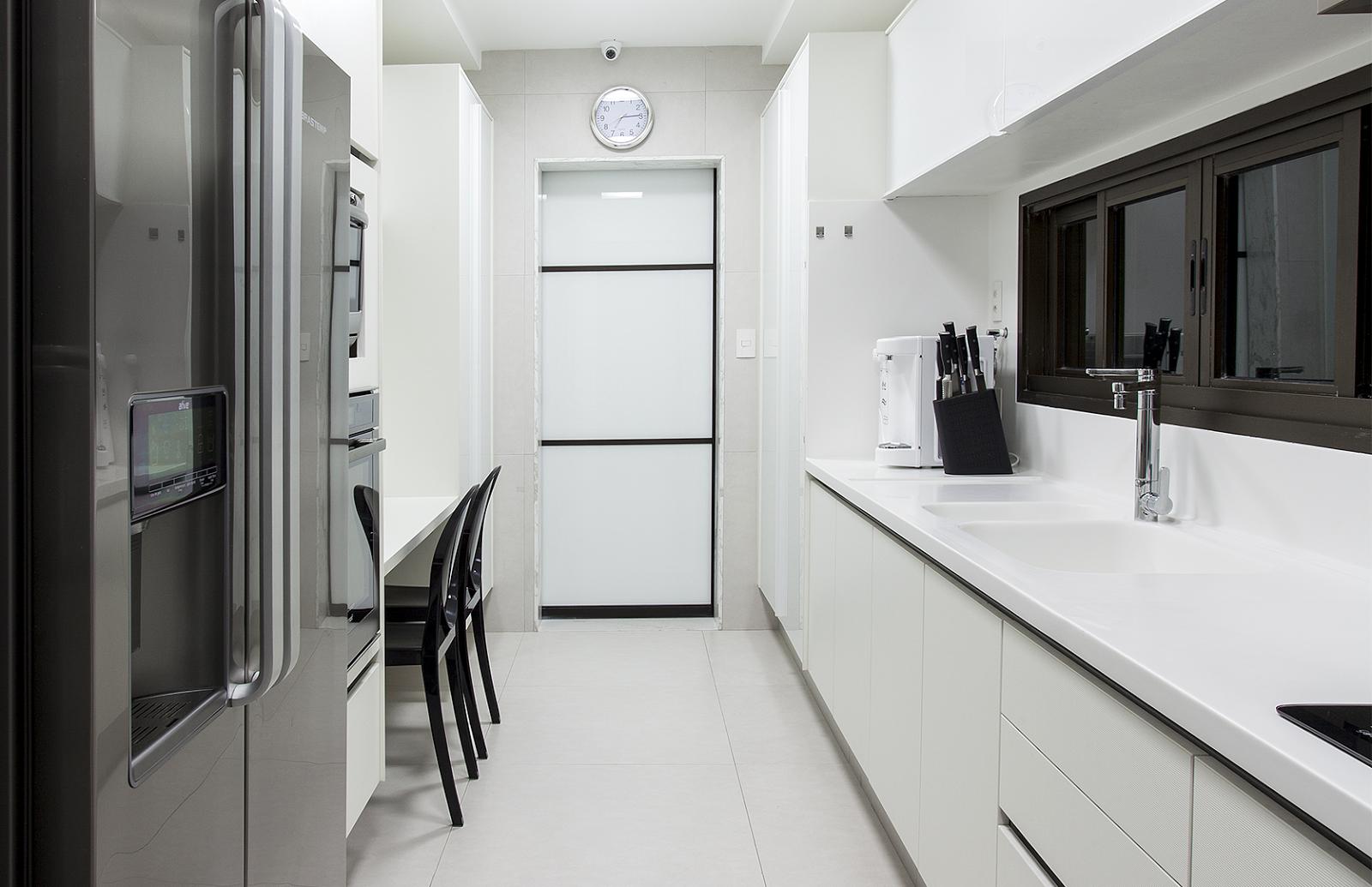 Cozinha corredor preta e branca com mesa encostada na parede maior  #595851 1600 1035