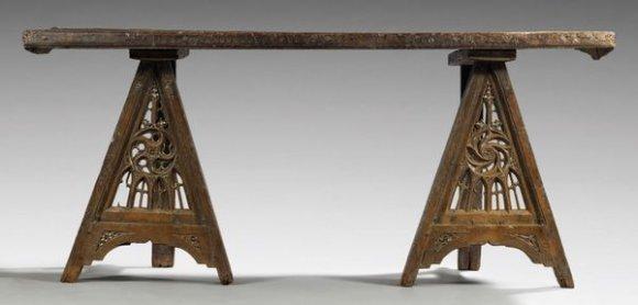 Tisch aus dem 15. Jh. im Musée des Arts Décoratifs, Paris.