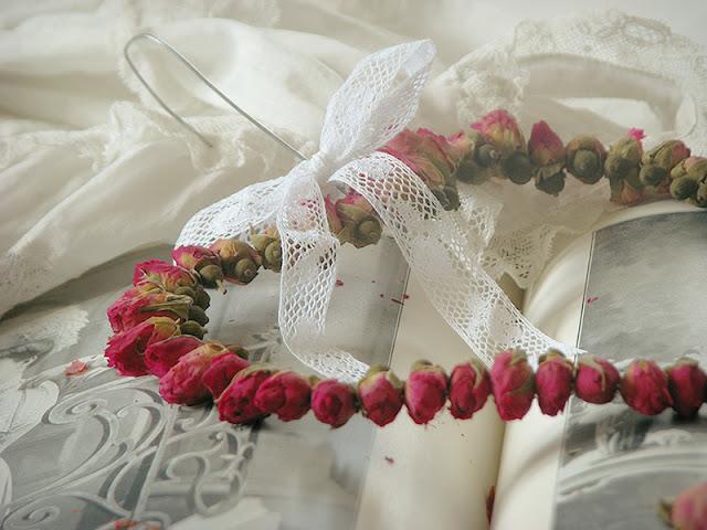 Création fait maison avec des boutons de roses séchées.