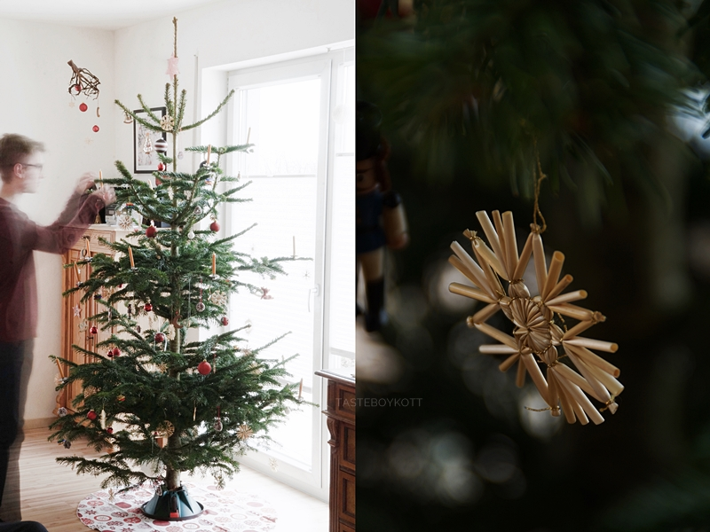 Weihnachtsbaum traditionell natürlich schlicht schmücken/ dekorieren mit Strohsternen und Kugeln