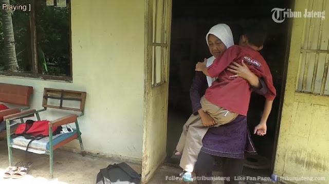 Tak Ingin Kecewakan Cita-Cita Anaknya Yang Lumpuh, Ibu Ini Rela Menggendongnya Tiap Hari Ke Sekolah