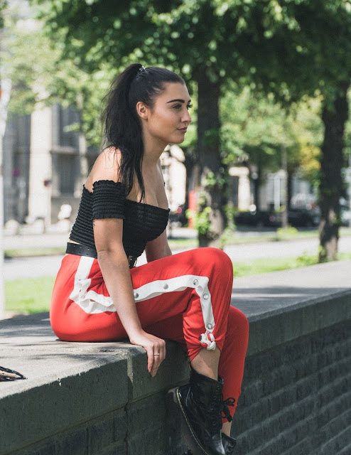 missyempire, missyempire, online shop, vanessa worth, fashion, ootd, outfit inspiration, outfit, red pants, hose mit schlitz, buttons, look, style, cologne, hamburg, munich, blogger, fashion blogger, deutsch, germany, ysl, yves saint laurant, marc bale, crop top, croptop, docs, dr martens