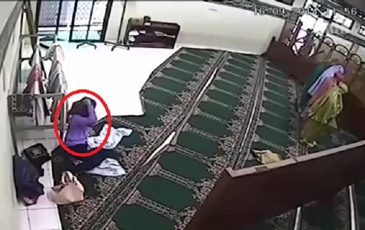 Penampakan Syetan yang Terekam CCTV Masjid