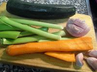 Verduras para cortar y preparar el guiso para el pollo