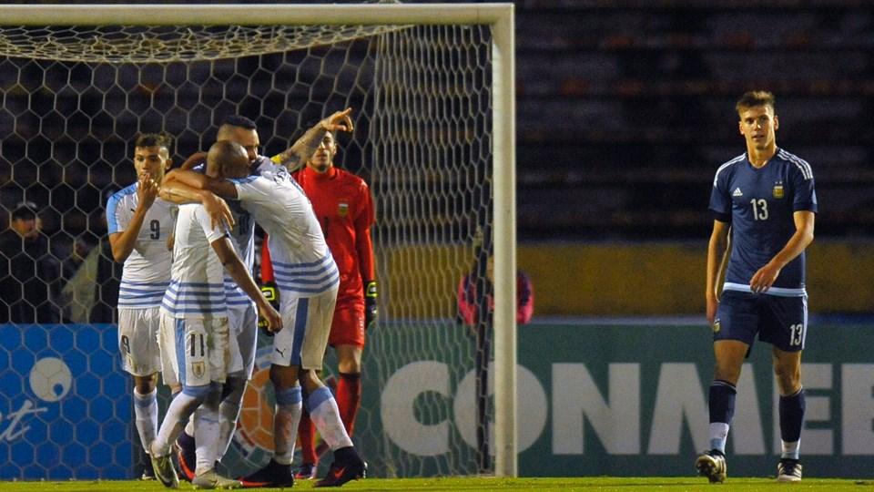 Celeste aproveita expulsão precoce do rival e bate argentinos por 3 a 0 em  Quito e03241024edc1
